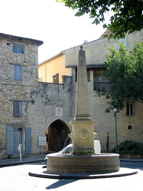 Photo fontaine en provence caromb for Restaurant caromb