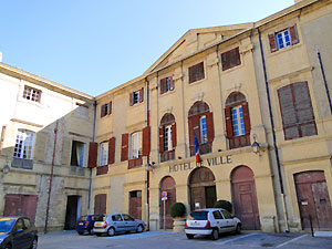 hôtel de ville de peyrolles en provence